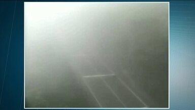 Neblina deixa os motoristas sem visibilidade no sistema Anchieta Imigrantes - Os motoristas e passageiros perderam muito tempo nas estradas.A operação-comboio durou mais de 30 horas.