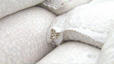Carga de feijão é apreendida na fronteira - As 17 toneladas de feijão vinham do país vizinho.