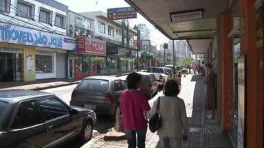 Comerciantes de Apucarana participam da campanha Compre no Pequeno Negócio - Mais de 100 comerciantes de uma mesma rua participam da campanha.