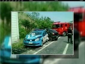 Mulher bate em carro da PM, que acaba atropelando policiais e caminhoneiros em Maricá - Segundo os policiais, motorista seguia pela rodovia quando perdeu o controle do veículo