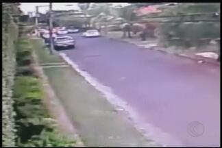 Vídeo mostra roubo de caminhonete com mulher e criança dentro em MG - Vítimas foram mantidas como reféns por mais de 2 horas em Uberlândia. Criminosos retiraram localizador da caminhonete; PM faz buscas.