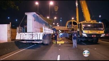 Marginal Tietê está bloqueada perto da Ponte do Piqueri - A CET fechou todas as faixas da pista central, no sentido Ayrton Senna, ali na região. É pra trocar aquela viga que estava faltando, desde julho, quando um caminhão entalou na ponte.