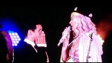 Fãs de Katy Perry têm seus momentos de fama durante turnê da cantora pelo Brasil - Em cada show, a cantora escolhe alguém da plateia para subir no palco e tirar uma selfie. Em São Paulo, o Lucas foi o sortudo, mesmo sem entender inglês. No Rock in Rio, Rayane foi a fã premiada e rendeu momentos engraçados com a cantora.