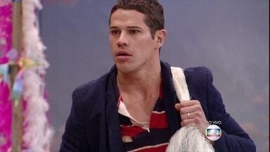 Hilton (José Loreto) pesca e Nataly dá mole para ele - Mas Lúcia espanta a periguete de perto do marido