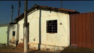 Idoso recebe conta de água de casa fechada no valor de R$ 140 mil em Luziânia - Aposentado aluga imóvel, mas residência está sem morador há um ano. Em janeiro, ele teve outra casa destruída por queda de avião.