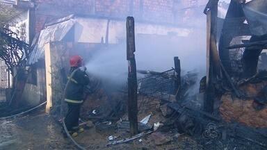 Incêndio destroi casas no bairro Educandos, em Manaus - Fato ocorreu na tarde de sábado (3).