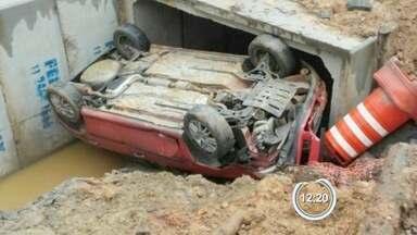 Carro capota e cai em córrego em Jacareí, SP - Bombeiros disseram que motorista aparentava estar embriagado.