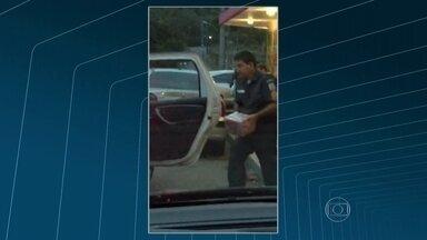Policial coloca caixas de cerveja em carro da PM - No sábado, em Itaipava, na Região Serrana, um PM foi flagrado colocando caixas de cerveja dentro de uma viatura da corporação. Os policiais envolvidos no caso foram detidos.