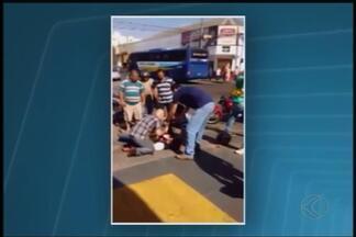 Briga de trânsito termina com facada e morte de mototaxista em Uberlândia - O suspeito e duas pessoas também ficaram feridos, uma em estado grave. Discussão começou no Centro e houve perseguição; homem foi preso.