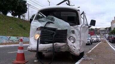 Acidente na Norte Sul deixa trânsito lento na Grande Vitória - Carro e kombi colidiram na manhã desta segunda-feira (5), na Serra.Passageira de um dos veículos ficou ferida e levada para hospital