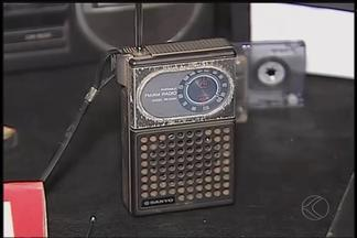 Alunos de escola em Uberlândia participam de exposição de objetos antigos - Eles puderam conhecer máquina de escrever, filmadora, ferro a carvão, discos de vinil, entre outros. Ideia foi iniciativa de professor de História.