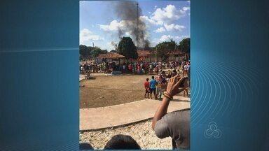 Sem Corpo dos Bombeiros no local, parte da prefeitura de Pedra Branca é incendiada - Um incêndio nesse domingo destruiu grande parte do prédio da prefeitura do município de Pedra Branca.