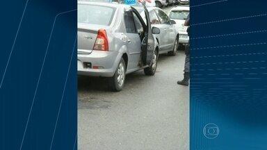 Mulher é encontrada morta a tiros dentro de carro em Maria da Graça - Delegacia de Homicídios assumiu o caso . Corpo estava em carro num estacionamento perto da estação de metrô