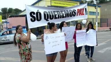 Familiares e amigos de pai e filho assassinados fazem passeata em Volta Redonda, RJ - Mais de 100 pessoas participaram do ato que pedia o fim da violência na cidade.