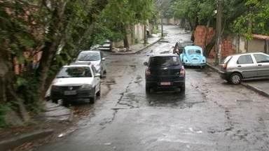 Bandidos fazem arrastão em Niterói - O ataque foi no bairro São Francisco. Uma vítima contou que ainda levou um soco de um ladrão.