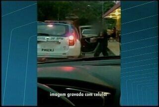 Policiais militares são presos após agente abastecer viatura com cerveja em Petrópolis, RJ - Medida foi tomada pelo comandante do 26º Batalhão.