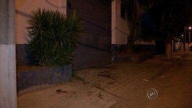"""Ex-marido confessa morte de jovem e se entrega à polícia: 'Amava demais' - O ex-marido da jovem Carolina Araújo Ferrarezi, de 26 anos, confessou à polícia que a matou com um canivete em 27 de setembro deste ano em Itapetininga (SP) e se entregou à polícia na tarde de sexta-feira (2). Segundo a delegada Leila Tardelli, da Delegacia de Defesa da Mulher (DDM), o homem de 30 anos afirmou que cometeu o homicídio por """"amar demais"""" a ex-mulher."""