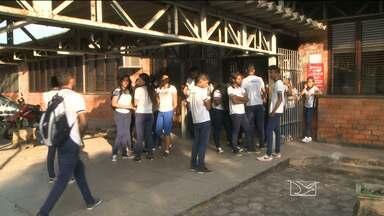 Estudante de escola estadual é assaltada dentro do banheiro do colégio, em São Luís - A escola fica no bairro Jordoa. O caso gerou revolta entre os alunos, que cobram mais segurança.