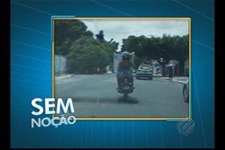 'Sem Noção' flagra passageiro transportando mesa sobre motocicleta em Belém - Dupla passam sem preocupação por uma viatura da PM.