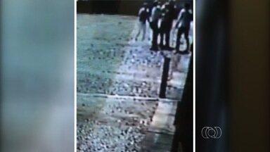 Tesoureira suspeita de participar da morte de ex-prefeito é presa em Goiás - Além dela, estão entre suspeitos prefeito e primeira-dama de Estrela do Norte. Câmeras de segurança registraram quando vítima foi assassinada em motel.