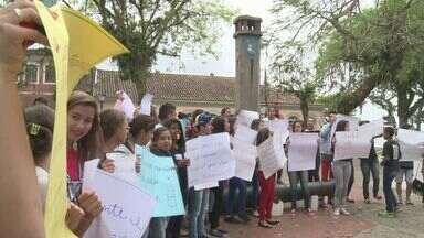 Estudantes da região protestam contra o projeto de reorganização do ensino no Estado - O projeto de reorganização do ensino nas escolas estaduais virou polêmica. Além de transferir alunos, algumas unidades podem fechar. Estudantes e professores fizeram protestos na Baixada Santista e no Vale do Ribeira.