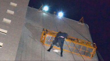 Corpo de Bombeiros resgata homens presos em andaime em prédio de Itajubá (MG) - Corpo de Bombeiros resgata homens presos em andaime em prédio de Itajubá (MG)