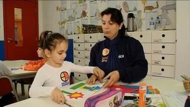 Escolas particulares terão que receber crianças com necessidades especiais - Estatuto da Pessoa com Deficiência prevê obrigatoriedade a partir de 2016, sem que escolas cobrem nada a mais. MEC diz que crianças se desenvolvem melhor quando incluídas em aula regular.