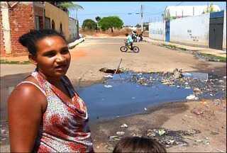 Problema de saneamento dificulta acesso a escola em Juazeiro do Norte - Alunos e pais cobram soluções.