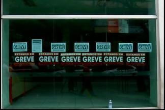 Greve dos bancários deixa várias agências em Divinópolis fechadas - Pelo menos dez agências fecharam as portas; segundo sindicato. Categoria pede condições trabalhistas. Febraban está fazendo negociações.
