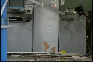 Agência bancária fica destruída após explosão de caixa em Cláudio - Suspeitos trocaram tiros com a PM durante a fuga, mas não foram pegos. Duas gavetas com dinheiro foram levadas.