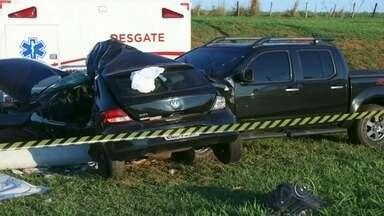 Homem morre após carro ser atingido por caminhonete em rodovia - Um homem morreu após o carro ser atingido por uma caminhonete na rodovia BR 153, no trevo de Promissão (SP), na tarde desta terça-feira (6). A polícia suspeita que o motorista do carro tenha avançado na pista. Na caminhonete estavam a motorista, que teve ferimentos leves, e um bebê de oito meses, que, segundo a polícia, não se feriu.