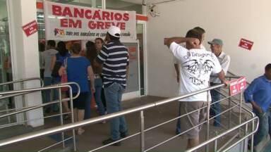 Bancários entraram em greve e não tem uma data definida para voltar ao trabalho - Por causa da greve o movimento em lotéricas e caixas eletrônicos já é maior.