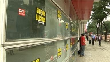 Bancários entraram em greve nacional por aumento de salário - Eles não aceitam a proposta dos patrões de reajuste de 5,5%. Querem 16%. Em São Paulo, agências de vários bancos ficaram fechadas.