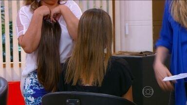 Conheça os diferentes tipos de apliques e mega hair - A dermatologista Márcia Purcelli ressalta que é preciso lavar os cabelos mesmo com mega hair. O aplique, do tipo tic tac, deve ser retirado todos os dias e colocado em outro ponto do cabelo.