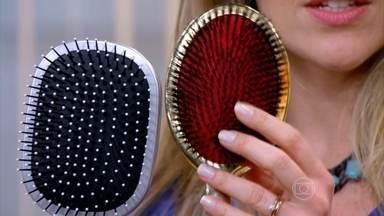 Escovas com bolinhas nas pontas não são indicadas para quem tem mega hair - A dermatologista Márcia Purcelli esclarece que piolhos podem aparecer inclusive em cabelos tingidos. O tratamento pode ser feito com xampus medicinais ou comprimidos.