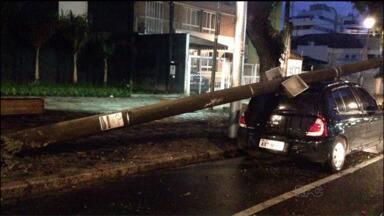 Poste cai sobre carro durante a madrugada desta sexta-feira (9) em Curitiba - Um poste caiu sobre um carro na madrugadasta de sexta-feira (9), no Centro de Curitiba. Ainda não se sabe as causas deste acidente.