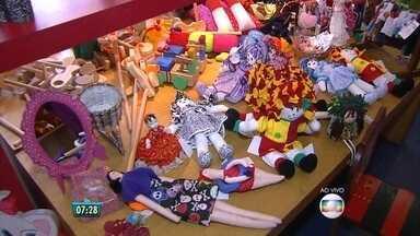 Carreta funciona como loja de artesanato na Praça do Derby - Entre os produtos, há vários brinquedos para o Dia das Crianças, de R$ 3 a R$ 150