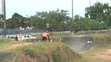 Conheça a história de Foguinho, grande destaque no bicicross - Atleta treina em pista localizada no Benedito Bentes e planeja voos altos na carreira.