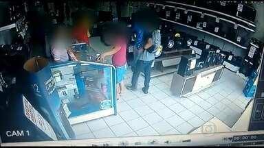 Vídeo mostra assalto a loja de eletrodomésticos do Recife - Homem aparece tentando impedir a abordagem criminosa.