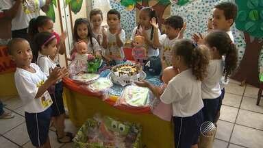 Estudantes aproveitam programação especial na escola por conta do Dia das Crianças - Em uma escola de Salvador, teve discoteca comandada por DJ infantil, cinema e até aniversário para as bonecas.