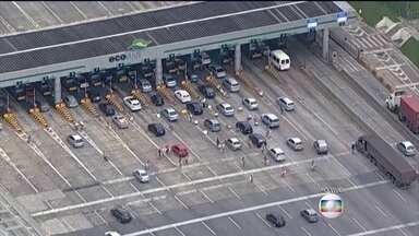 Operação Descida em rodovia de SP é antecipada - A operação na Rodovia Imigrantes era prevista pra começar às 14h, mas foi antecipada. Vinte e cinco mil carros já estão no litoral do estado.