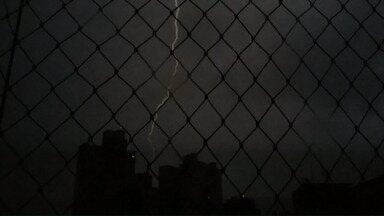 Telespectadores flagram raios no céu de Londrina durante a madrugada - O temporal foi forte nesta 5a feira em toda a região.