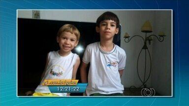 Telespectadora do Jornal Anhanguera 1ª Edição envia vídeo dos netos cantando - Imagens da pequena dupla de cantores foram exibidas em comemoração ao Dia das Crianças.
