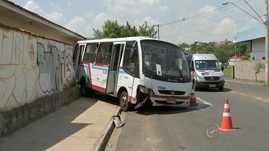 Vídeo mostra ônibus desgovernado batendo em carros e muro em Bauru - As imagens do circuito de segurança de uma oficina mecânica mostram o momento em que um ônibus desgovernado atinge dois carros na avenida Moussa Tobias, em Bauru (SP), e para no muro de uma casa.