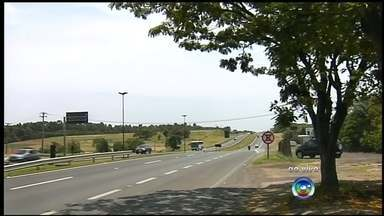 Movimento nas estradas deve aumentar por causa do feriado - Na rodovia Marechal Rondon, em Botucatu, o movimento das estradas deve aumentar hoje à tarde por causa do fim de semana prolongado.