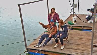 Pai e filha na pescaria de lambaris - Na represa de Furnas, em Carmo do Rio Claro (MG), pai e filha se divertem na pescaria dos lambaris-do-rabo-vermelho.