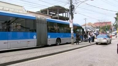 Policial à paisana reage a tentativa de assalto no BRT e mata bandidos - Passageiros viveram momentos de tensão em Santa Cruz. Policial civil estava indo pro trabalho.