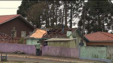 Temporal deixa estragos em 15 cidades do Paraná - Segundo um boletim da Defesa Civil, quase 2.500 casas ficaram danificadas.