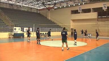 Seleção Paranaense de Vôlei treina em Ponta Grossa - Eles vão disputar o Campeonato Brasileiro na semana que vem.