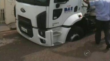 Roda de caminhão-pipa afunda em buraco de vazamento de água - A roda de um caminhão-pipa do Departamento de Água e Esgoto (DAE) de Bauru (SP) afundou e ficou presa em um buraco que se abriu na quadra 22 da rua Ezequiel Ramos, no centro, no início da tarde desta sexta-feira (9).